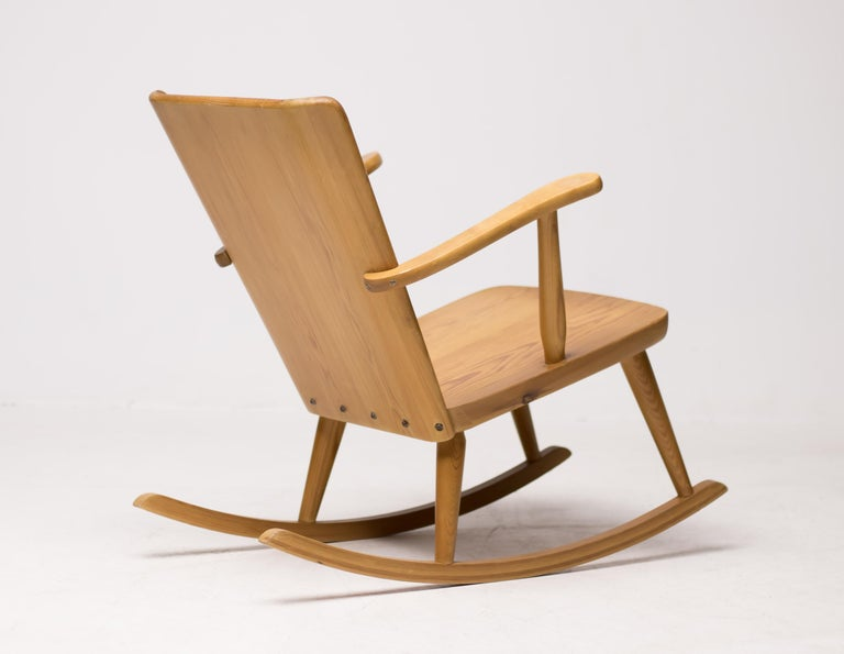 20th Century Pair of Scandinavian Pine Rocking Chairs For Sale
