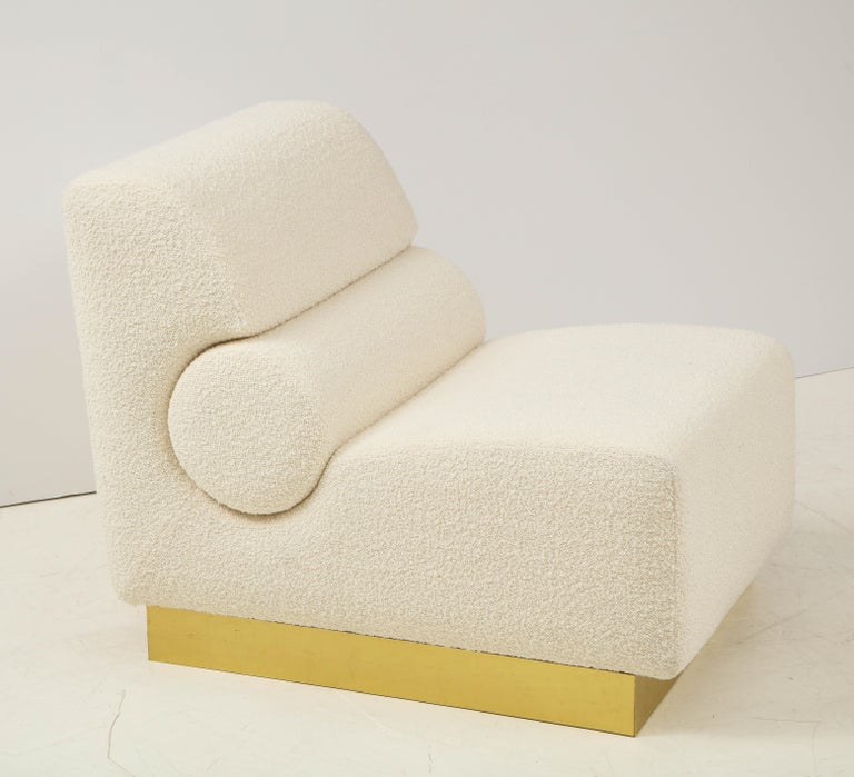 Contemporary Pair of Sculptural Lounge Chairs in Ivory Boucle and Brass Base, Italy For Sale