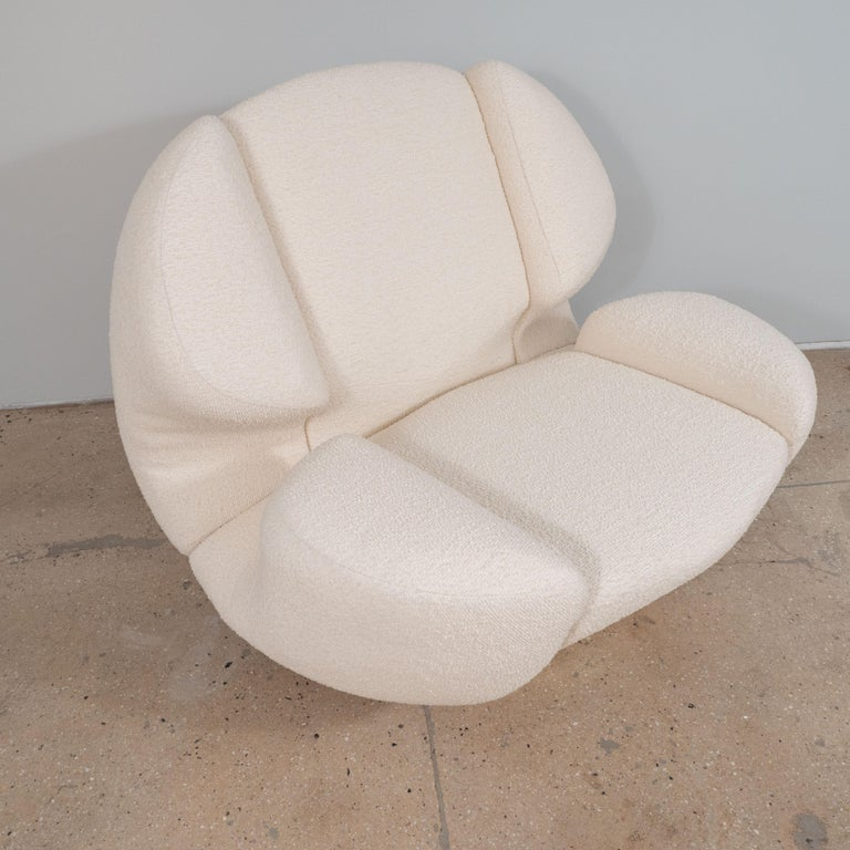 Contemporary Pair of Sculptural Lounge Chairs in Ivory Bouclette Fabric and Brass Base, Italy