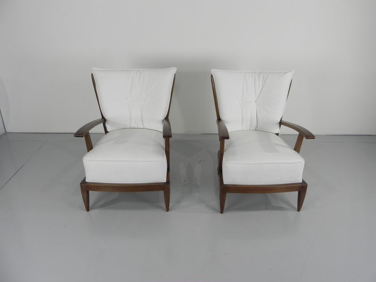 Paolo Buffa (1903-1970). Handsome pair of walnut stained armchairs with spindled back and arms, sculpted armrests and tapered legs, Italy, circa 1950.