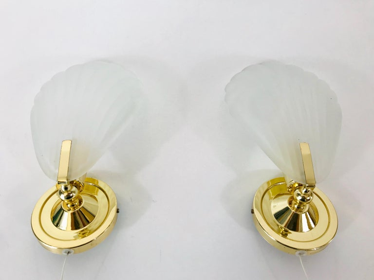 A beautiful pair of table lamps made in Italy in the 1980s. They have a shell shape and are made of ice glass. Very good vintage condition.  The light requires one E14 light bulb.  Free worldwide standard shipping. Express shipping on request.