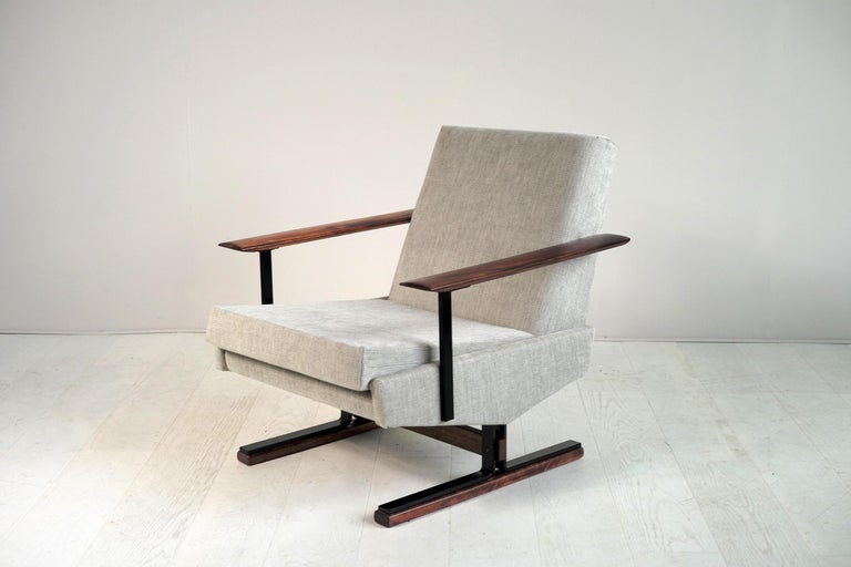 Rare pair of sleigh chairs in black lacquered metal and rosewood, edited by Gelderland, Holland, 1960. Refurbished with foam and fabric, these refined design seats are exceptionally comfortable.