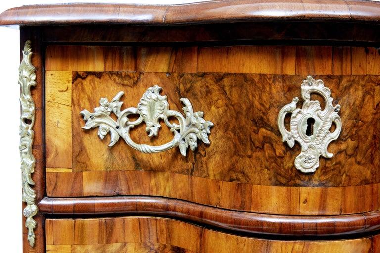 Paar Kleine Continental Walnuss-Kommoden des Mittleren 19. Jahrhundert 6