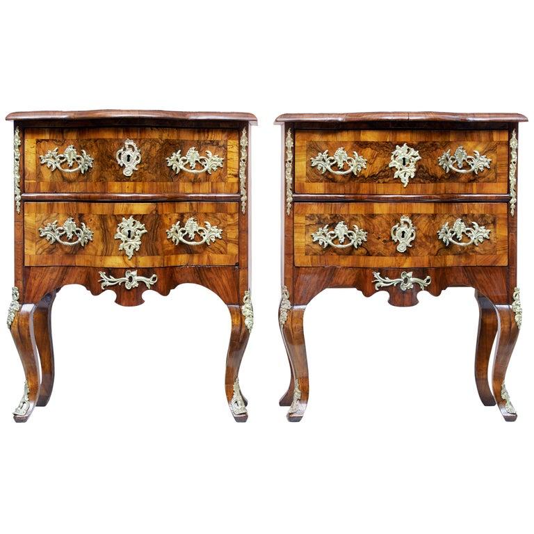Paar Kleine Continental Walnuss-Kommoden des Mittleren 19. Jahrhundert 1