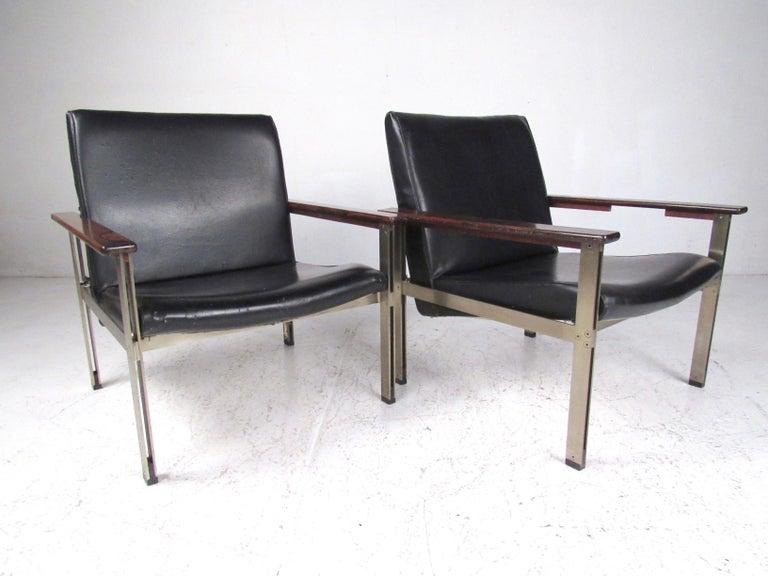 Mid-Century Modern Pair of Stylish Italian Modern Armchairs For Sale