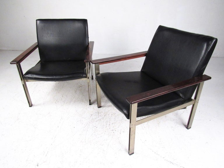Pair of Stylish Italian Modern Armchairs In Fair Condition For Sale In Brooklyn, NY