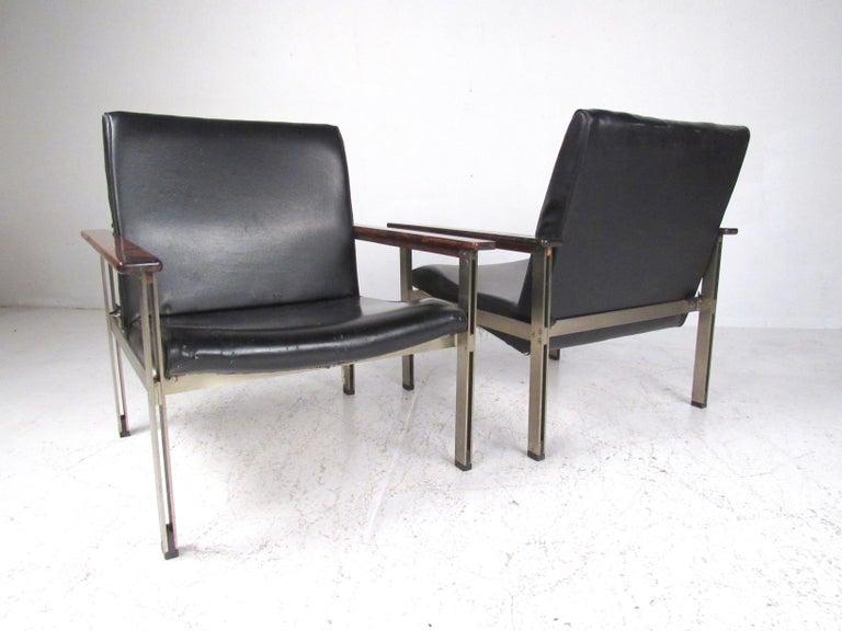Pair of Stylish Italian Modern Armchairs For Sale 1