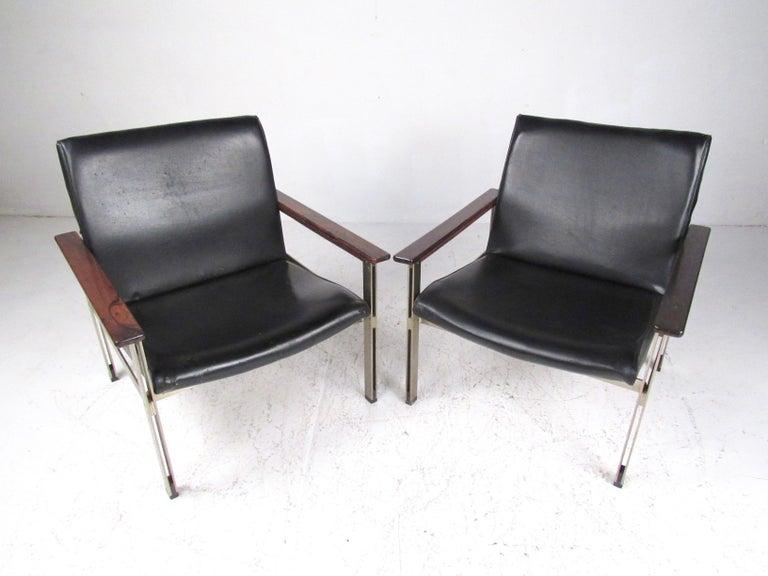 Pair of Stylish Italian Modern Armchairs For Sale 2