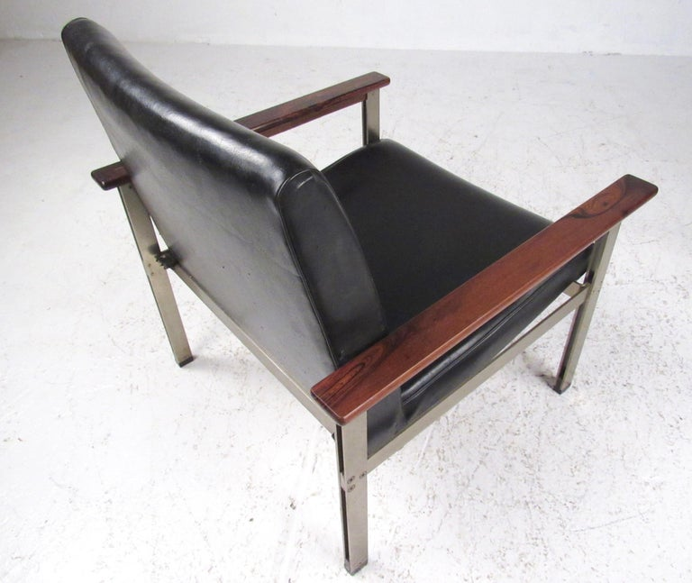 Pair of Stylish Italian Modern Armchairs For Sale 3
