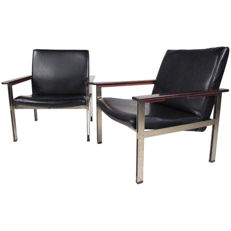 Pair of Stylish Italian Modern Armchairs For Sale