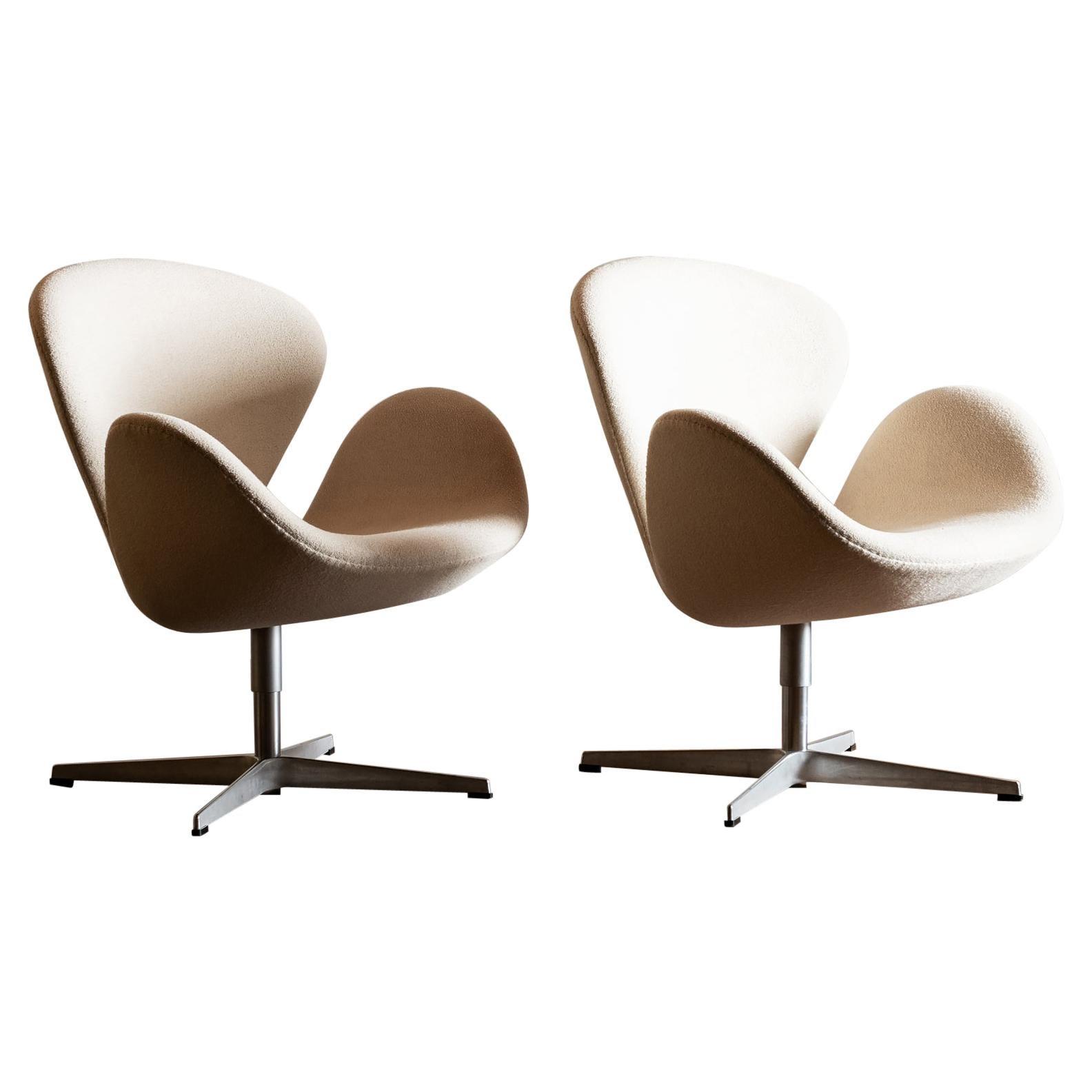 Pair of Swan Chairs by Arne Jacobsen for Fritz Hansen, Denmark