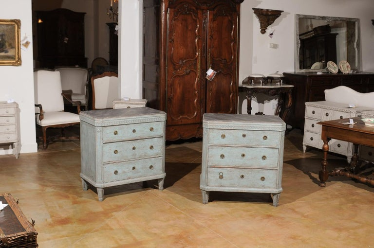 Pair of Swedish 19th Century Gustavian Style Painted Chests with Waterleaf Motif In Good Condition For Sale In Atlanta, GA