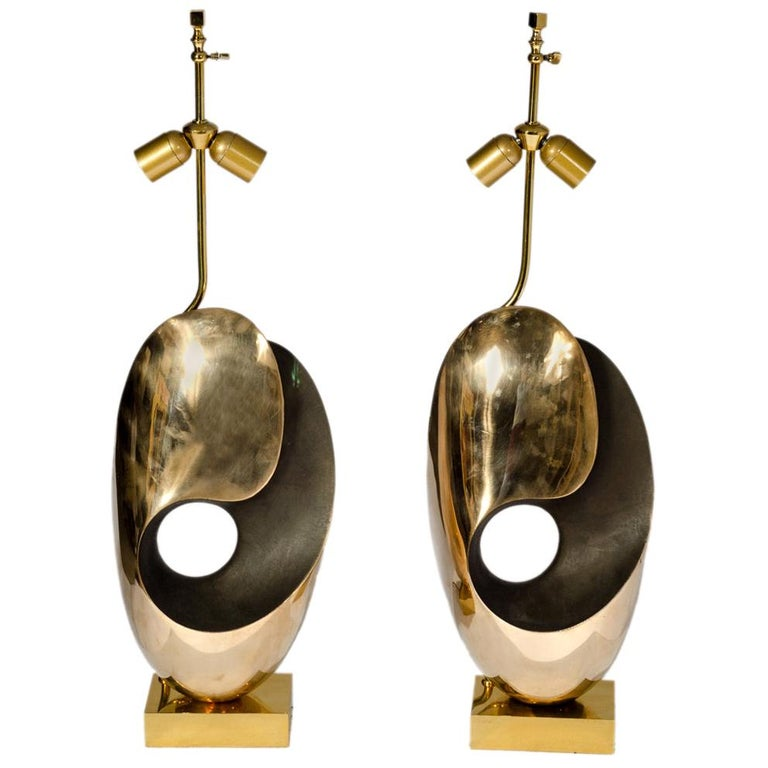 Pair of Table Lamps in sculptural Bronze. For Sale