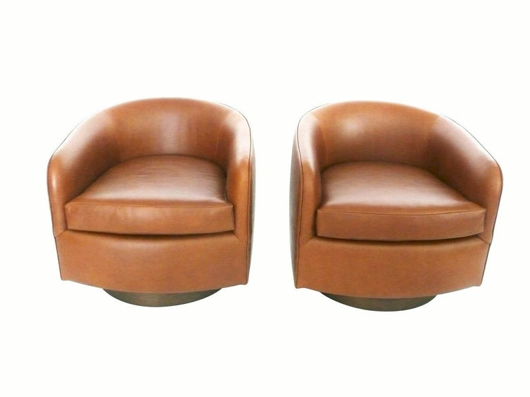 Mid-Century Modern Pair of Tan Tilt Swivel Club Lounge Chairs by Milo Baughman For Sale