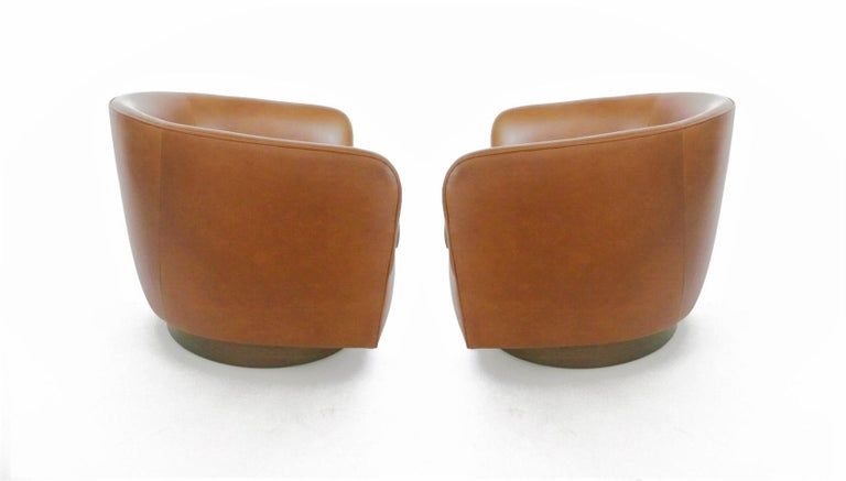 Pair of Tan Tilt Swivel Club Lounge Chairs by Milo Baughman In Good Condition For Sale In Dallas, TX
