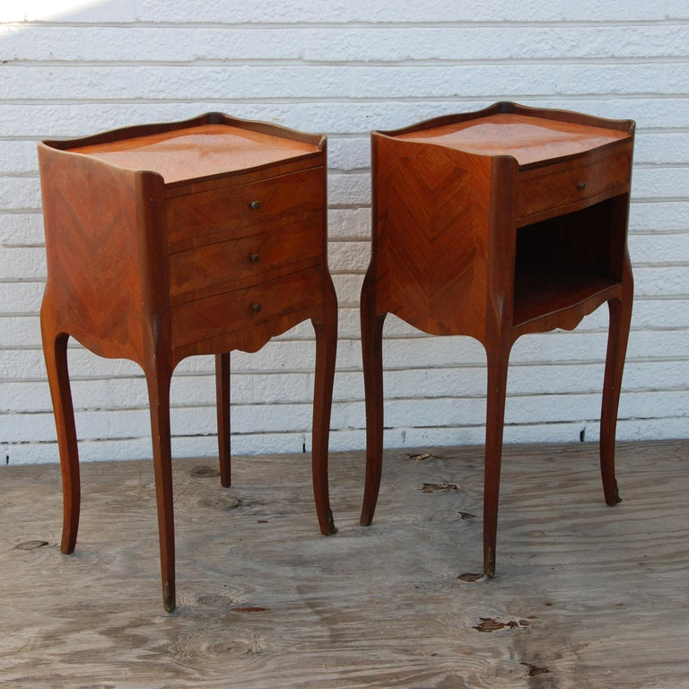European Pair of Traditional Mahogany Nightstands with Marquetry and Queen Anne Legs For Sale