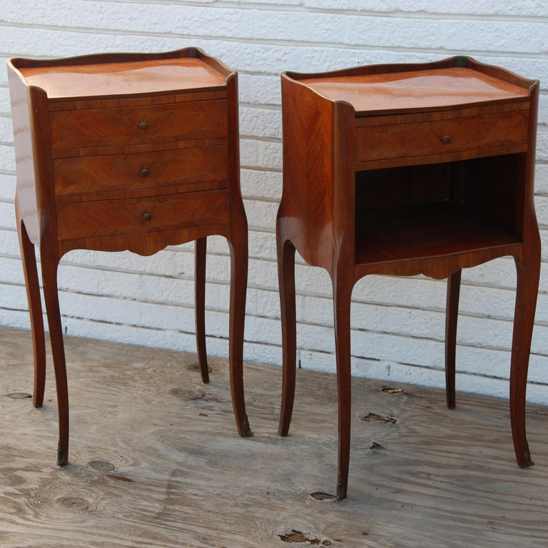 Pair of Traditional Mahogany Nightstands with Marquetry and Queen Anne Legs In Good Condition For Sale In Pasadena, TX