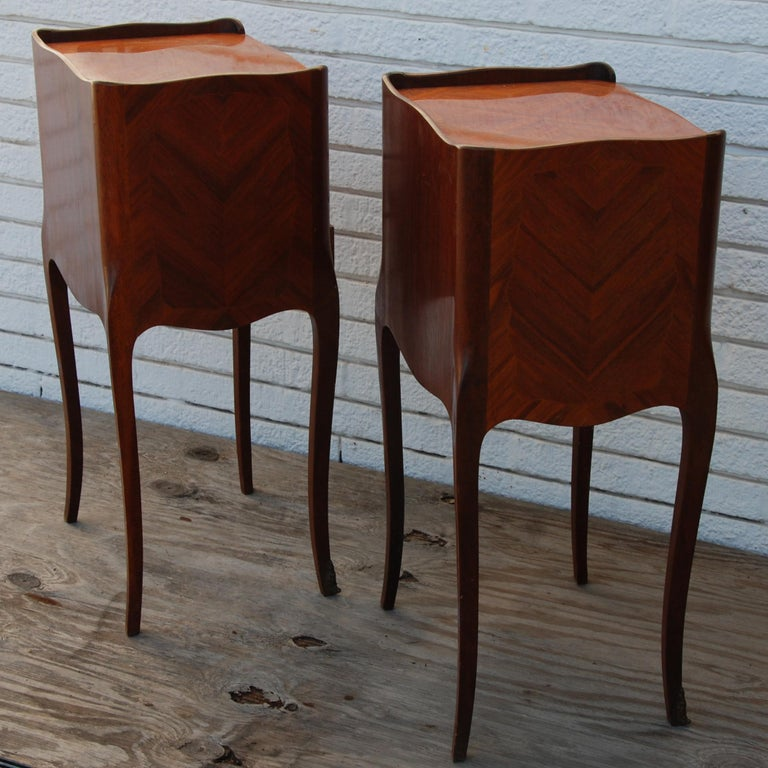 20th Century Pair of Traditional Mahogany Nightstands with Marquetry and Queen Anne Legs For Sale