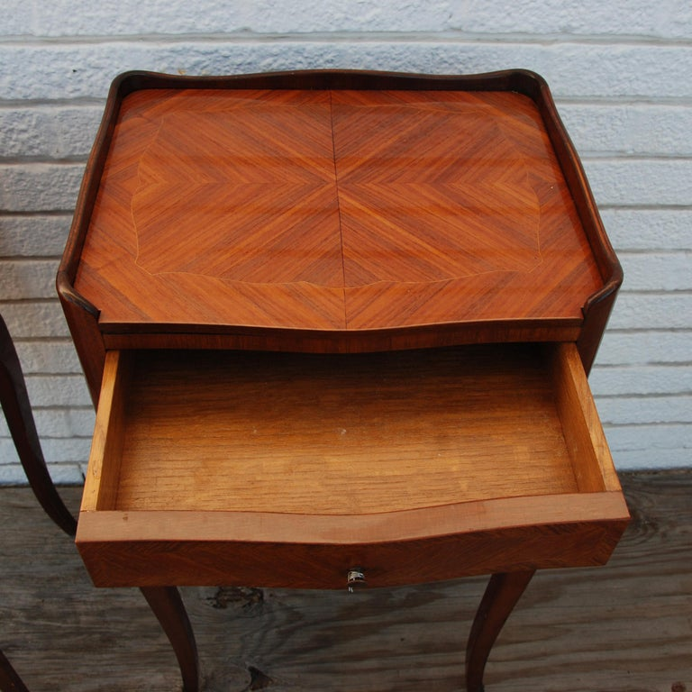Pair of Traditional Mahogany Nightstands with Marquetry and Queen Anne Legs For Sale 1