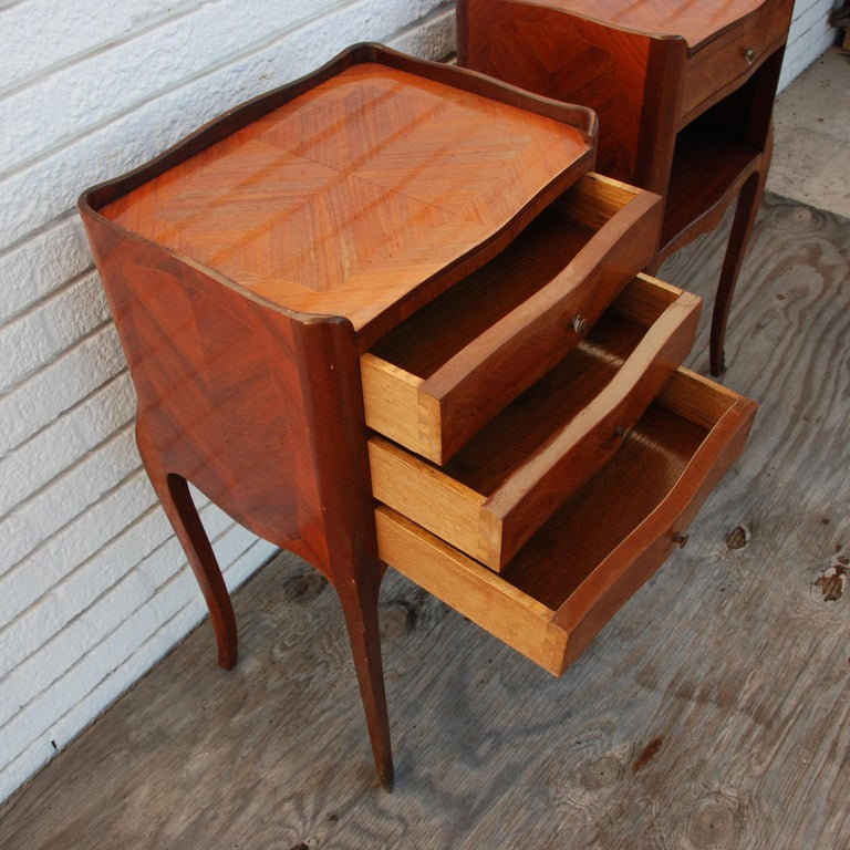 Pair of Traditional Mahogany Nightstands with Marquetry and Queen Anne Legs For Sale 2