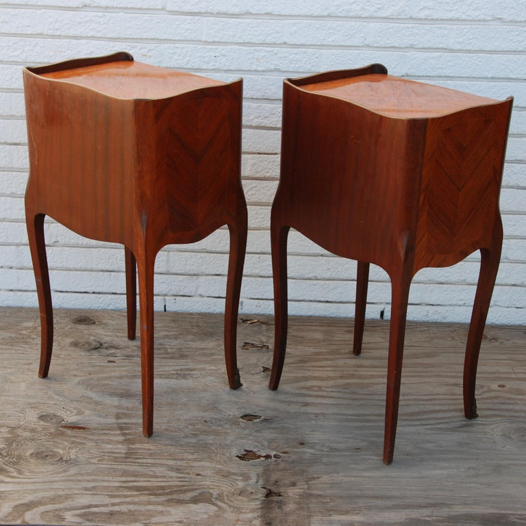 Pair of Traditional Mahogany Nightstands with Marquetry and Queen Anne Legs For Sale 3
