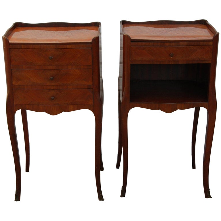 Pair of Traditional Mahogany Nightstands with Marquetry and Queen Anne Legs For Sale