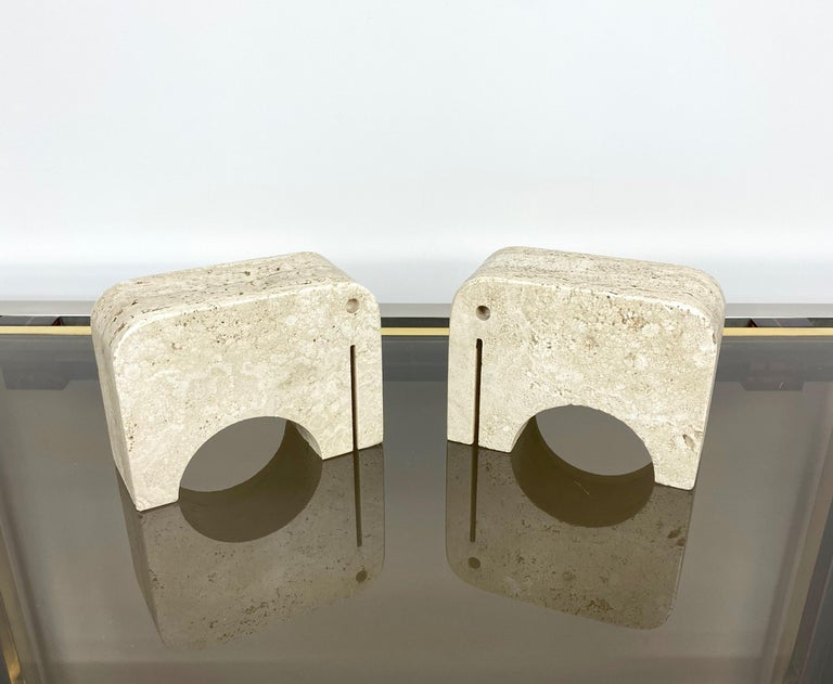 Pair of bookends in travertine marble in the shape of two elephants, 2 kg each, by Fratelli Mannelli. Made in Italy in the 1970s.