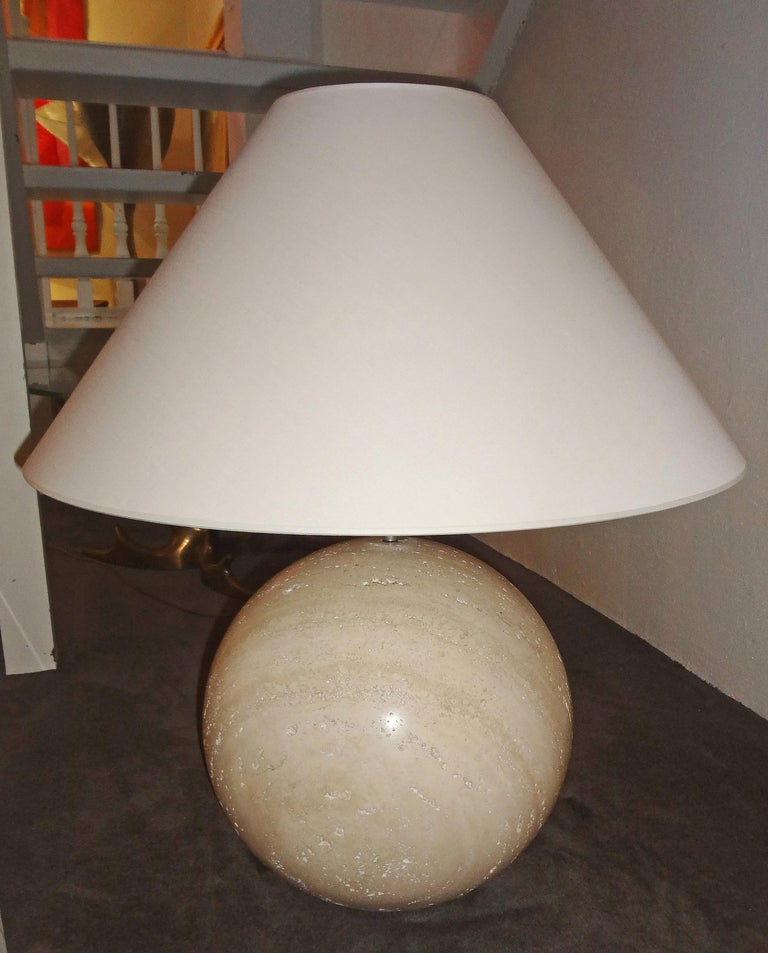 Studio Angeletti, Rome, Italie, 1970. Haut.33 / 69 x diam.33 / 60 cm.  Important pair of travertine marble sphere table lamps. Cream white fabric shade.  Interior design cabinet with a show-room since 1965 in Roma, talented in mixing modern art