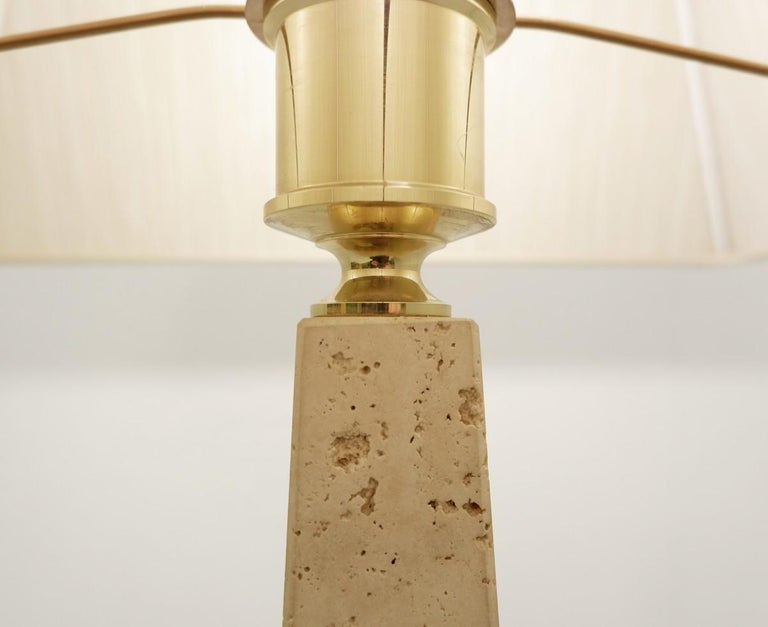 Pair of Mid-Century Modern Travertine Obelisk Table Lamps In Good Condition For Sale In Brussels, BE