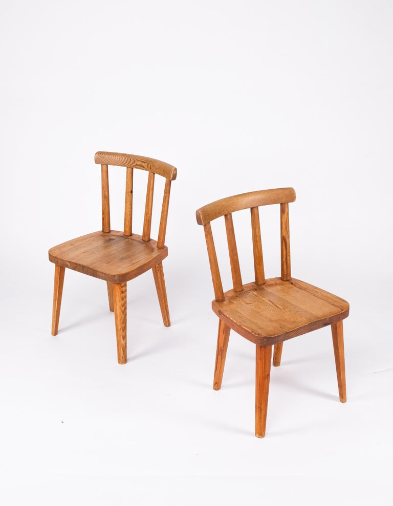 Pair of Utö/Uto pine chair by Axel-Einar Hjorth, Sweden, circa 1930s. Produced by Nordiska Kompaniet.