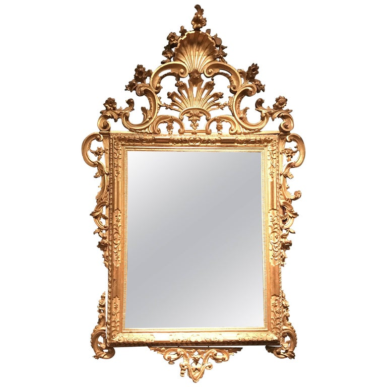 Finely hand carved with rectangular mirrors decorated with acanthus leaf cartouch crest centered by a stylized shell ornamentation. Original gilding in a very good condition. Provenience from a Venetian aristocratic family.