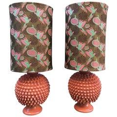 Paar verglaste Majolika-Lampen, Gucci-Stoff, konische Form, lachsfarben, 1950