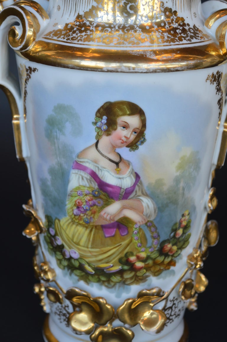 Pair of Vieux Paris Gilt Porcelain Vases In Good Condition For Sale In Los Angeles, CA