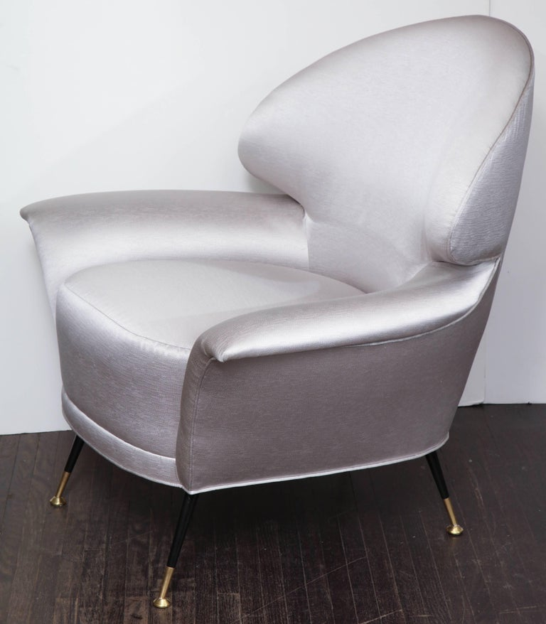 Pair of Vintage Italian Arrow Head Chairs Upholstered in Platinum Satin In Excellent Condition For Sale In New York, NY