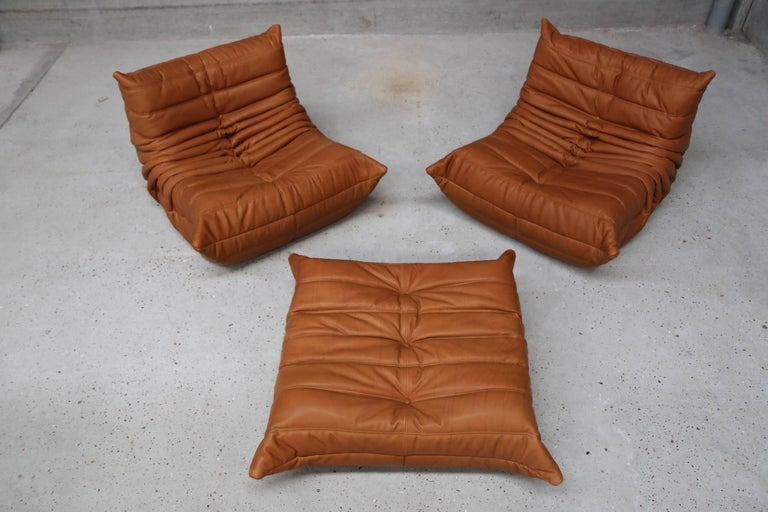 Pair of Vintage Ligne Roset Togo Leather Lounge Chairs with Pouf, France In Good Condition For Sale In Ostend, BE