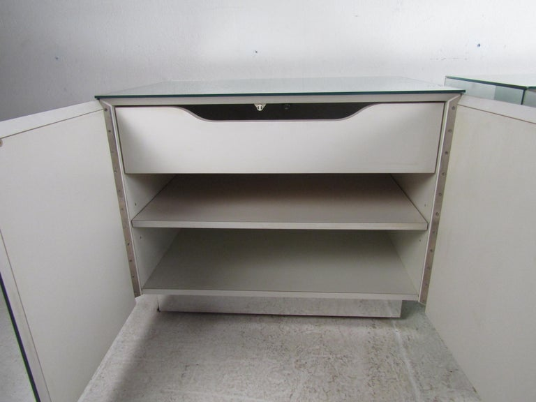 Late 20th Century Pair of Vintage Modern Mirrored Cabinets For Sale