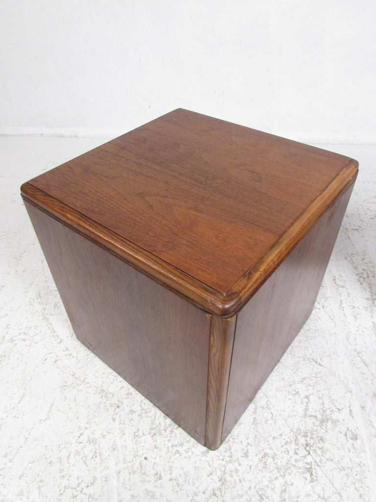 Mid-Century Modern Pair of Vintage Modern Walnut Cube End Tables by Lane Furniture For Sale