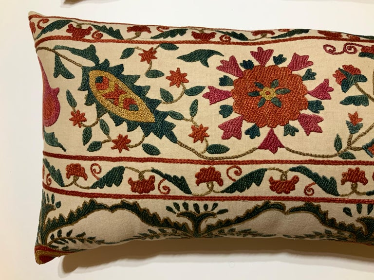 Pair of Vintage Suzani Pillows In Good Condition For Sale In Delray Beach, FL