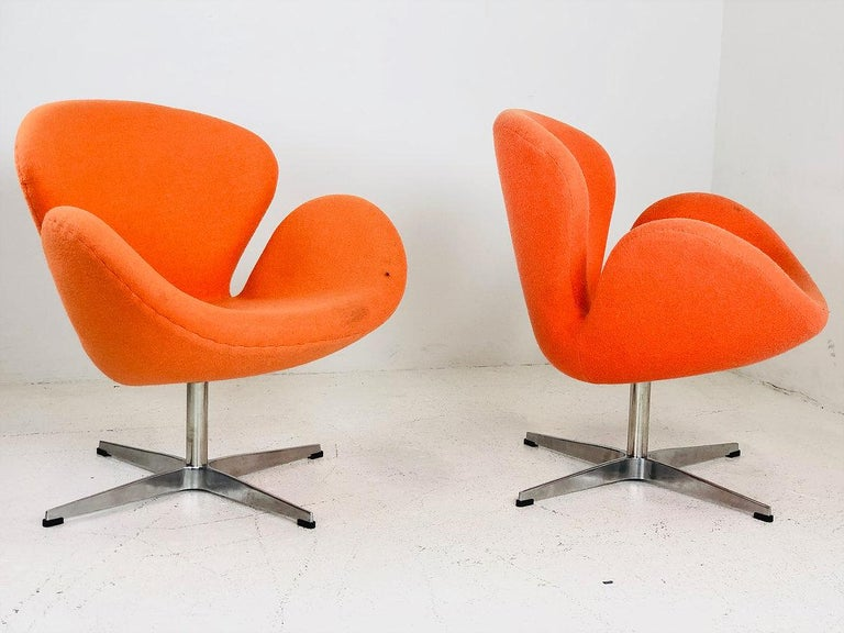 Mid-Century Modern Pair of Vintage Swan Chairs in the Style of Arne Jacobsen