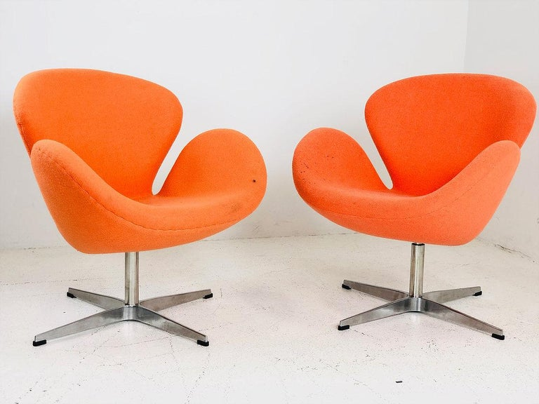 Pair of Vintage Swan Chairs in the Style of Arne Jacobsen In Good Condition In Dallas, TX