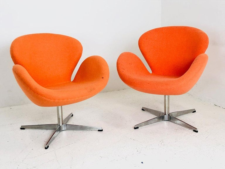 20th Century Pair of Vintage Swan Chairs in the Style of Arne Jacobsen