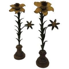 Ein Paar Vintage Blech Blumen auf runden hölzernen Ständern