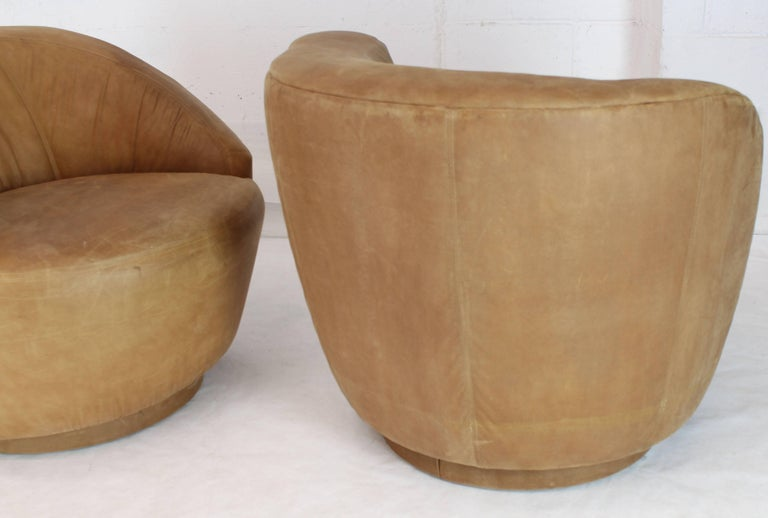 Pair of Vladimir Kagan Nautilus Tan Leather Swivel Lounge Chairs In Good Condition For Sale In Rockaway, NJ