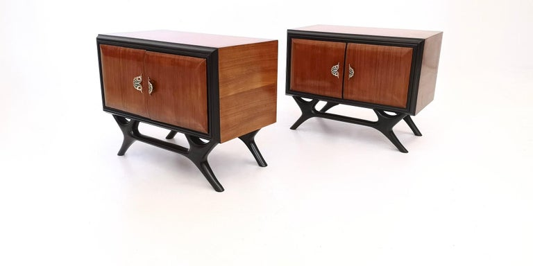 Pair of Walnut and Ebonized Wood Nightstands with Painted Handles, Italy, 1950s In Excellent Condition For Sale In Bresso, Lombardy
