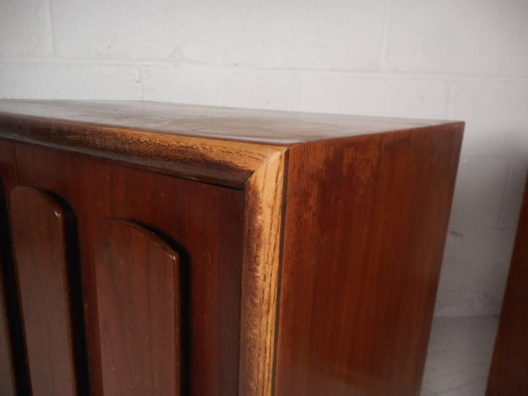 Pair of Walnut Nightstands by American of Martinsville For Sale 7