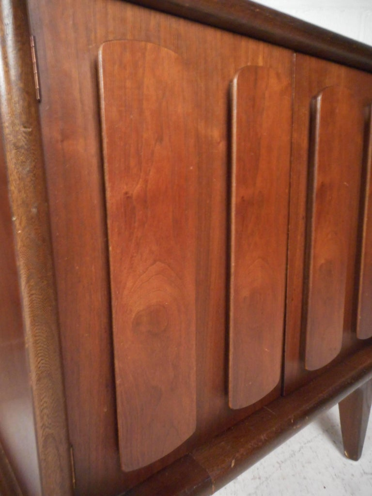 Pair of Walnut Nightstands by American of Martinsville For Sale 8
