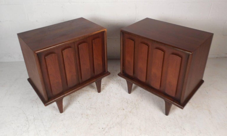 Mid-Century Modern Pair of Walnut Nightstands by American of Martinsville For Sale