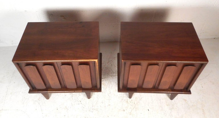Pair of Walnut Nightstands by American of Martinsville In Good Condition For Sale In Brooklyn, NY