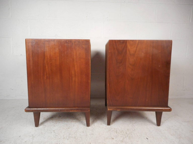 Late 20th Century Pair of Walnut Nightstands by American of Martinsville For Sale