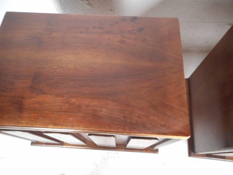 Pair of Walnut Nightstands by American of Martinsville For Sale 4